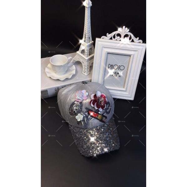 Дамска шапка с апликация на червило и 3D мече DZ K-17 3