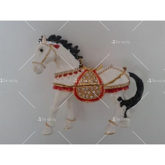 Антикварен порцеланов кон