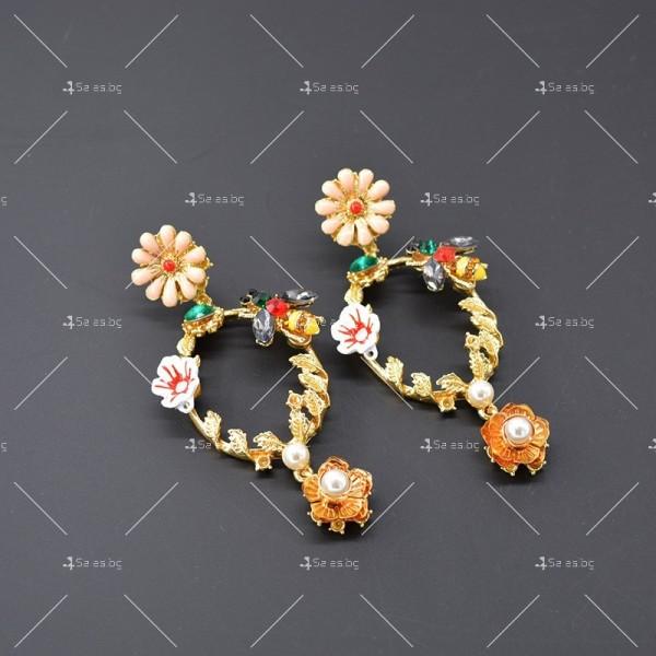 Свежи младежки обеци в кръгла форма с цветни елементи на цветя и пчела А3 1