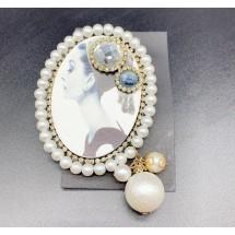 Дамска кръгла брошка с картина на жена и елементи от перли и кристали - E1-1
