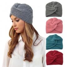 Дамска зимна плетена шапка с усукан възел по средата